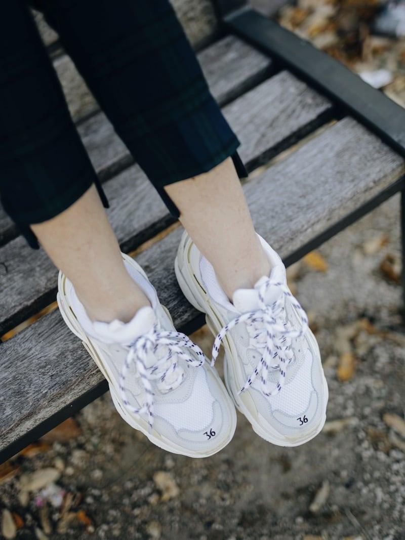 Comment porter le tailleur pantalon à carreaux ? Idée de look costume à carreaux, ugly sneakers inspiration triple s et pochette ceinturée, sac banane