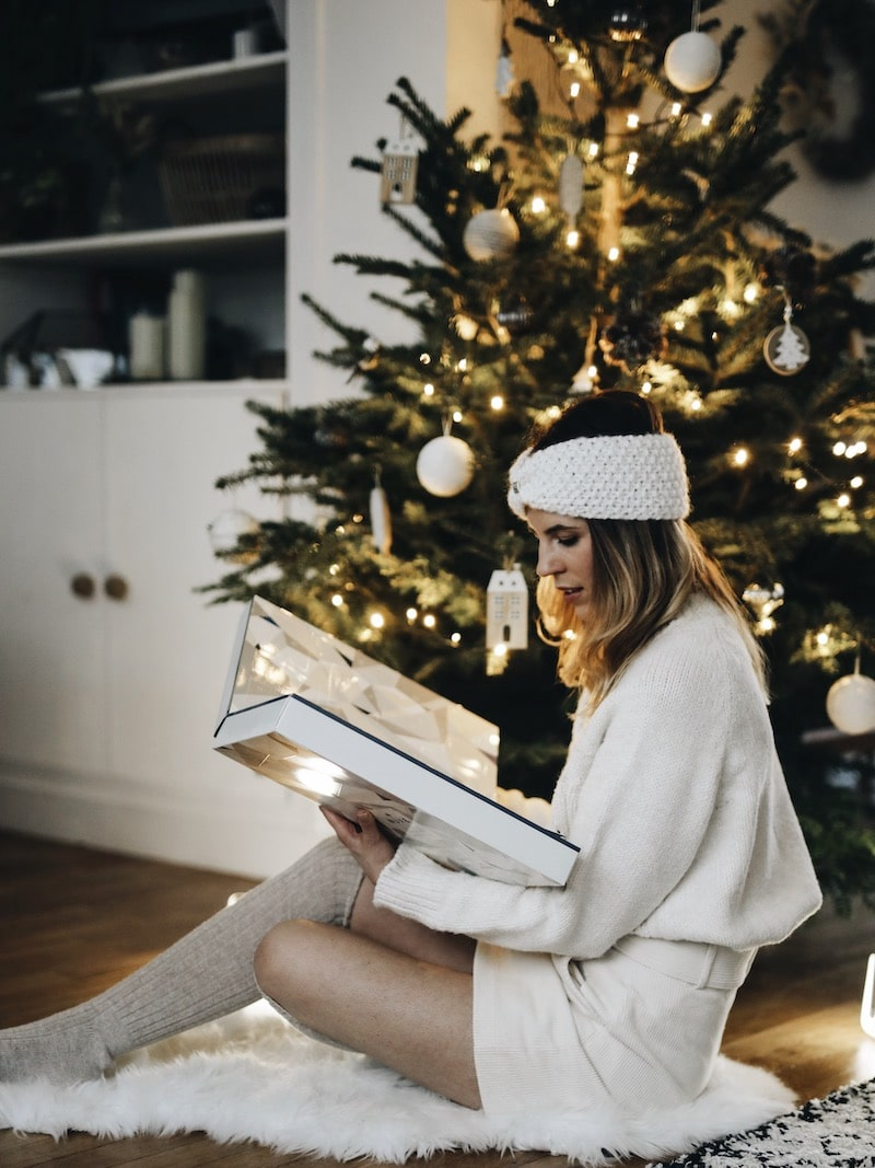 Décoration Noël blanc sapin, look femme hiver cocooning, bandeau laine Ylle, blog mode lifestyle By Opaline Lyon