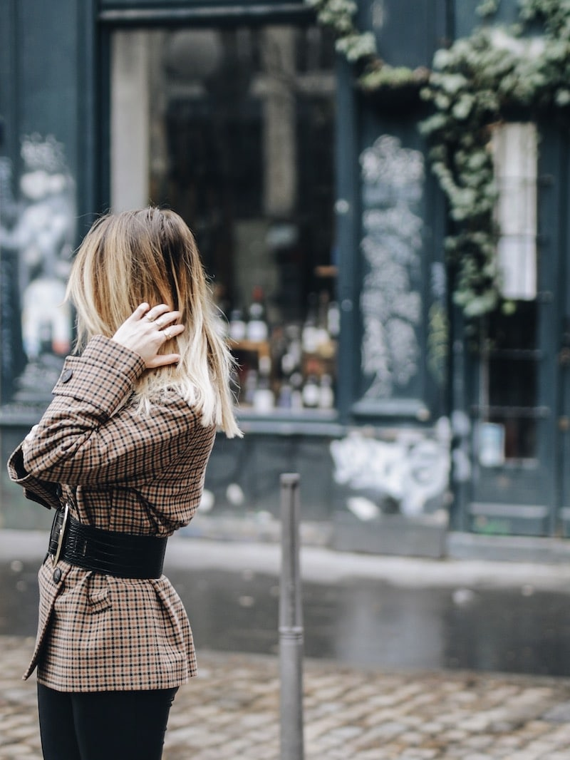 Idée look femme automne 2018 manteau carreaux ceinture large effet croco pantalon simili cuir et bottines rock