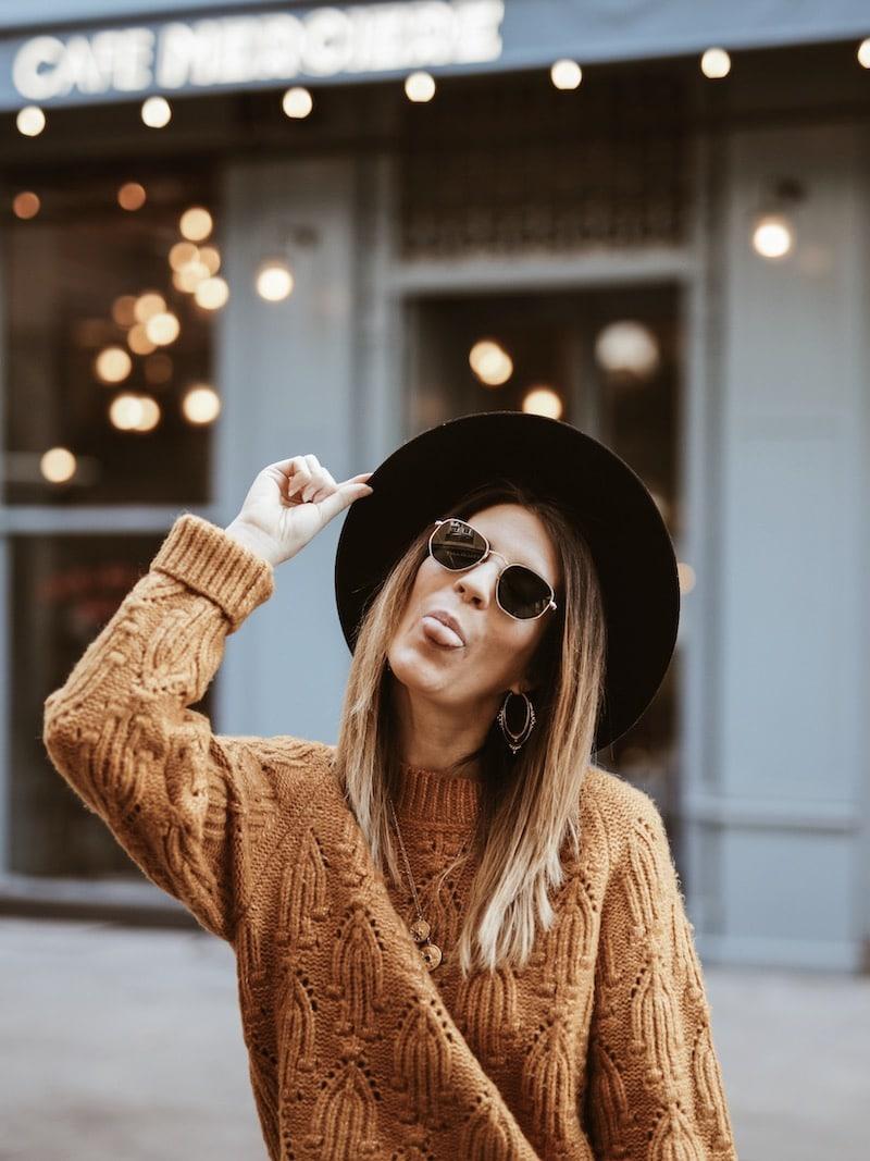 Look femme pull moutarde chapeau Lack of Color portrait blog mode France Lyon By Opaline