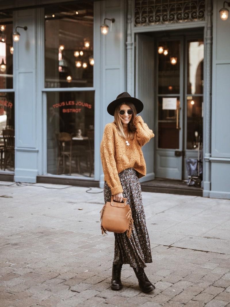 Look femme sac à franges Sabrina jupe longue fleurie pull moutarde Dr Martens 1460 mono blog mode France Lyon By Opaline