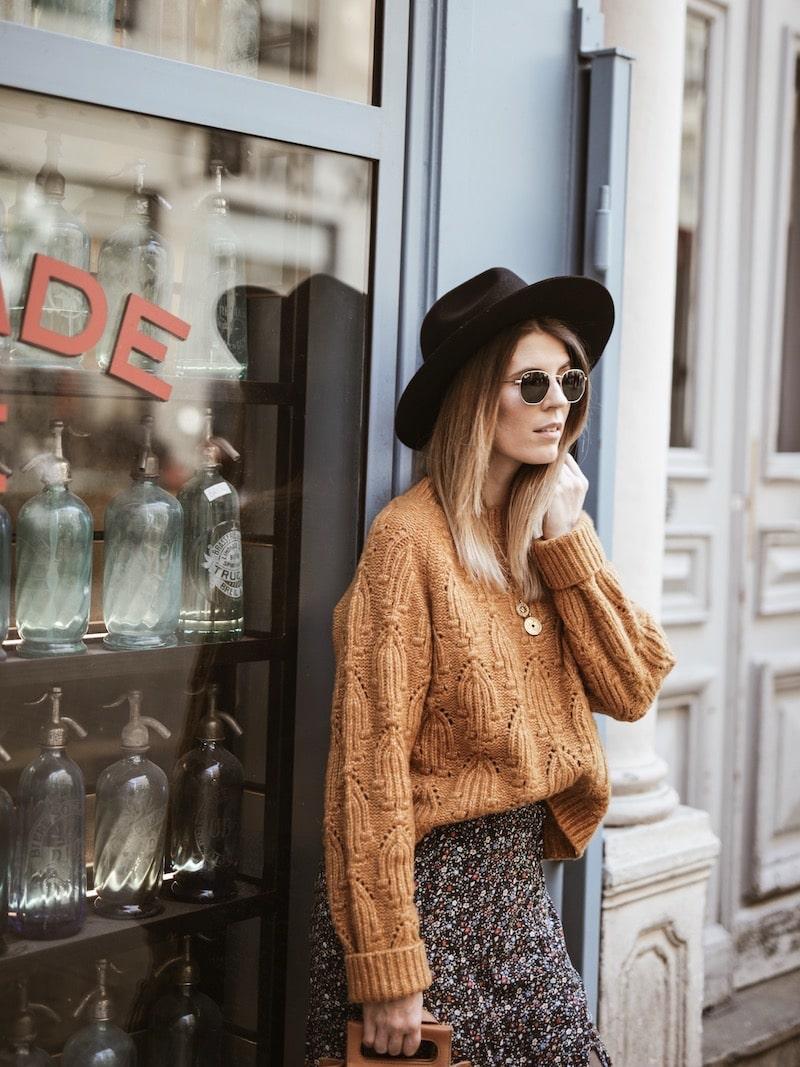 Look femme jupe longue fleurie pull moutarde chapeau Lack of Color blog mode France Lyon By Opaline