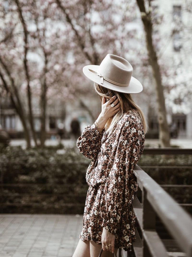 Look femme robe fleurie American Vintage chapeau Lack of Color blog mode France Lyon By Opaline