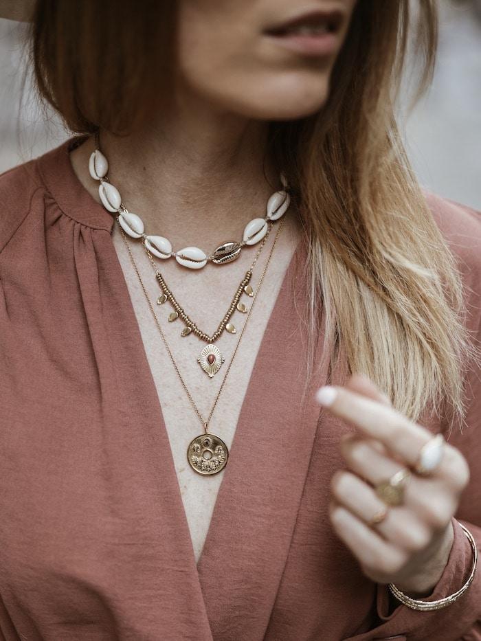 Look femme printemps 2019 bijoux Adopt' Lisa Germaneau collier cauri blog mode France Lyon By Opaline