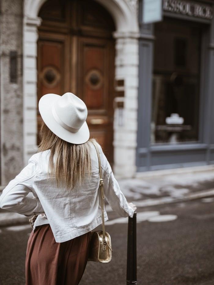 Look femme printemps 2019 veste coutures contrastées chapeau Lack of Color blog mode France Lyon By Opaline