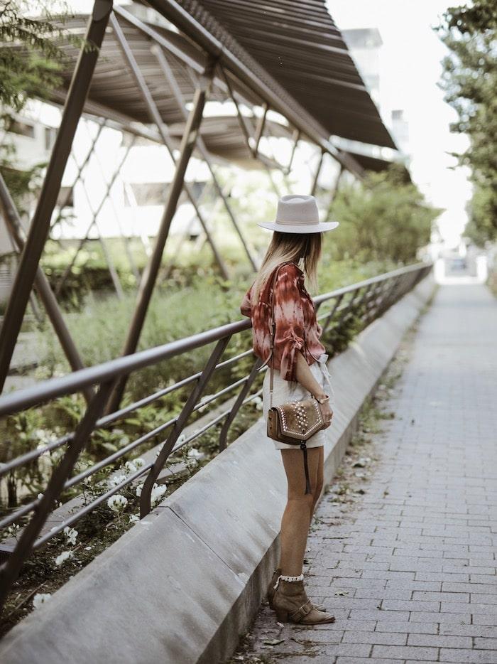 Look femme printemps été 2019 chemise tie & dye blog mode Lyon France By Opaline