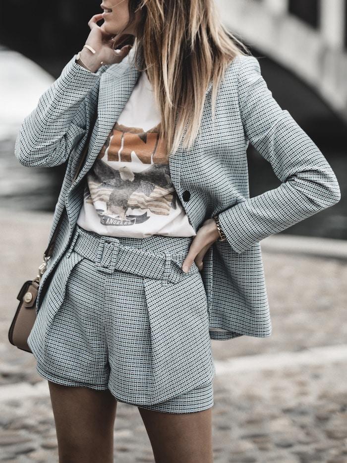 Look inspiration femme blazer short Maje tee shirt Anine Bing ugly sneakers blog mode Lyon France By Opaline
