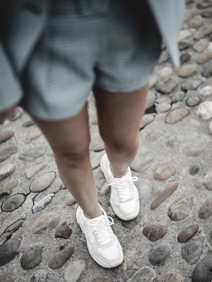 Look inspiration femme blazer short Maje ugly sneakers blog mode Lyon France By Opaline