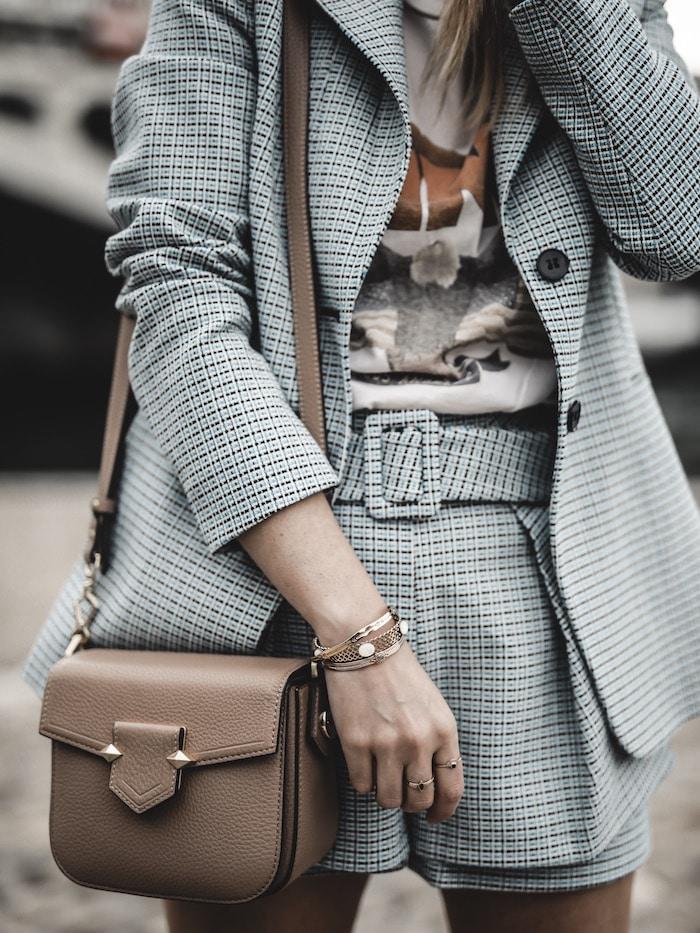 Look inspiration femme blazer short Maje tee shirt Anine Bing sac Pourchet Paris blog mode Lyon France By Opaline