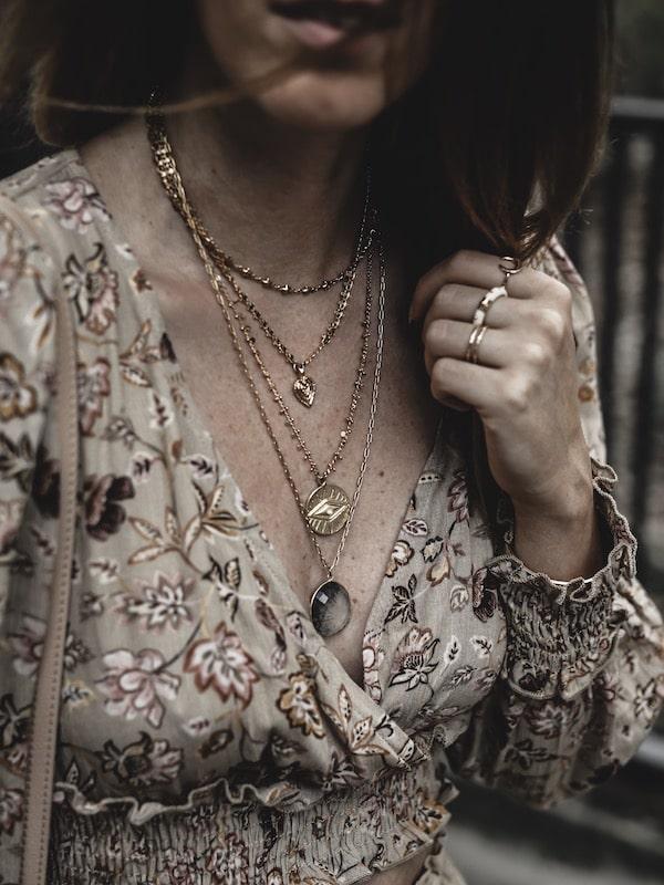 Look femme inspiration accumulation bijoux créateurs colliers tenue bohème blog mode Lyon France By Opaline