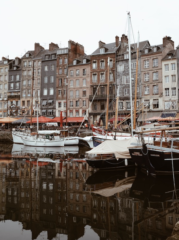 Voyage les incontournables de la Normandie port de Honfleur blog Lyon France By Opaline
