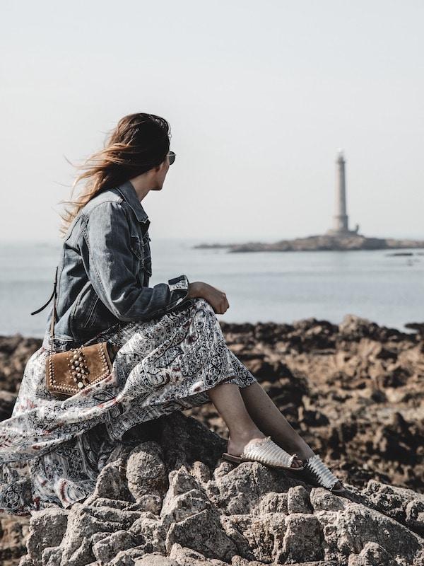 Voyage Normandie en robe longue légère devant le phare de Goury blog Lyon France By Opaline