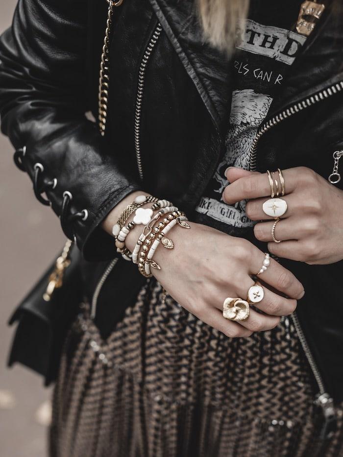 Look inspiration femme accumulation bijoux créateurs bracelets bagues rings blog mode Lyon France By Opaline